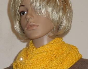 Crochet Möbiusschal sunny yellow with sequins