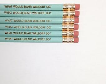 ce que blair waldorf ferait crayons gravés en bleu de bébé. retour des fournitures scolaires