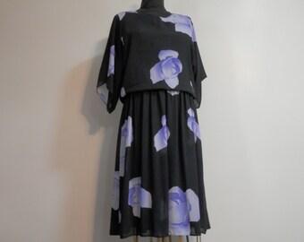 Vtg Ladies Blouson Midi Dress Starlo Fashions Kimono Sleeve Large Floral Blue Violet Roses Print Black Semi Sheer Flowy Skirt Elastic Waist