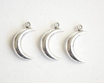 Silver Moon Charm, Crescent Moon Pendant - 10 pieces (339)