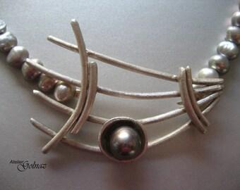 Unique design fijn silver pendant with silver colour fresh water pear string.