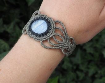 Macrame bracelet with chalcedony