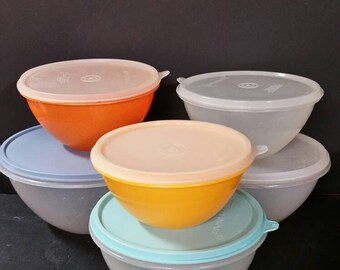 Vintage tupperware wonderlier bowls  with lids. Set of 6