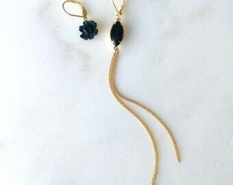 Long asymmetric earrings with black rose and golden chain - Sam II Earrings (SD1360)