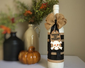 Painted Wine Bottle Decor for Halloween / Skull & Crossbones Trick-or-Treat Tag / Black White Burlap / Halloween Decoration / Fall Decor
