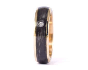 18ct gold and carbon fiber twill. Unique gold wedding band. Water resistant and very durable (04705_5D)