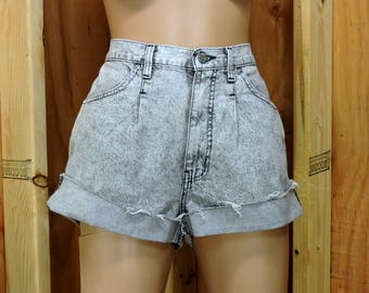 "80s high waisted shorts size 8 / 9 / 30"" waist / acid washed high waist denim shorts / retro mom jean shorts / 1980s Sasson"