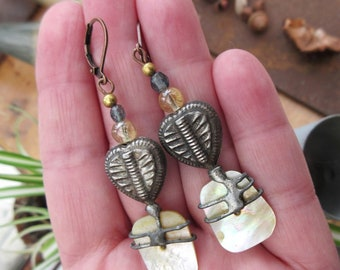 """Shabby chic earrings made of mother-of-pearl and pewter headpins : """"Memories of Heart"""" ..."""