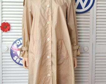 Ladies Vintage Raincoat Outerwear 60s Car Coat The Private Eye Hazelwood Beige Nylon by Aqua-Sheen Double Pockets Small Distressed As Is