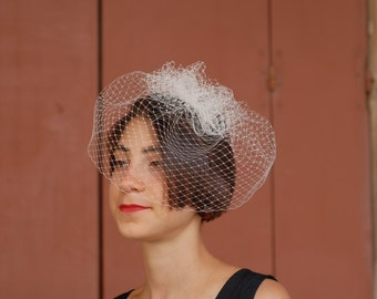 """Fascinator """"Mary""""-white veils up comb"""