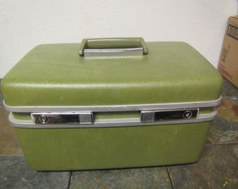 ROYAL TRAVELLER Medalist Train Case  with Mirror and tray , Makeup Case, Overnite Case, Travel case , Luggage ,
