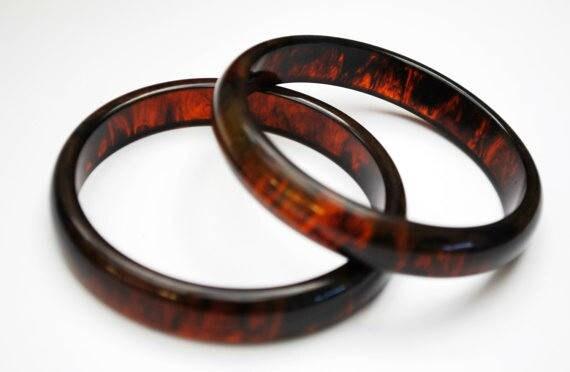 Two Brown Bakelite Bangles - Faux tortoise shell - Marble brown - Vintage Plastic bracelets