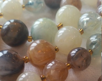 Vintage 1960s beaded necklace with variegated agate-like beads