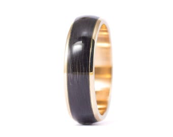 18ct gold and carbon fiber twill. Unique gold wedding band. Water resistant and very durable (04705_6N)