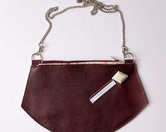 Pochette en cuir bordeaux, sac bandoulière chaine, petit sac porté épaule, petit sac design, sac mariage