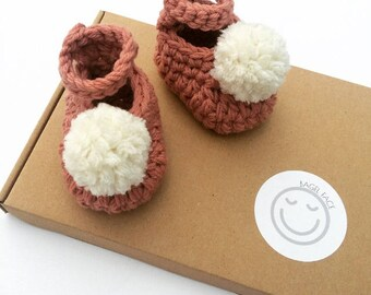 Crochet baby girl booties, pink pom pom baby shoes, baby girl crochet shoes, baby shower present, new baby gift, photo prop, baby girl gift