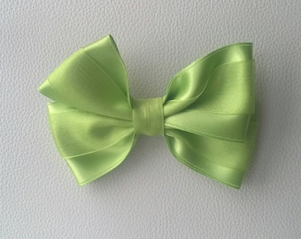Green lasso with satin y organza. Apple green bow in satin and organza