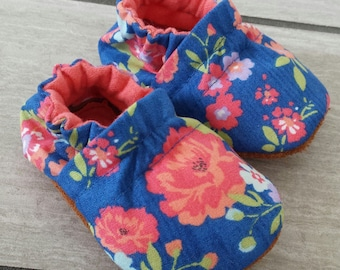 Baby shoes girl, toddler shoes, girls shoes, moccasins, coral flower shoes, newborn crib shoes, baby booties, baby shower