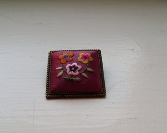 hand embroidered pin/pendant