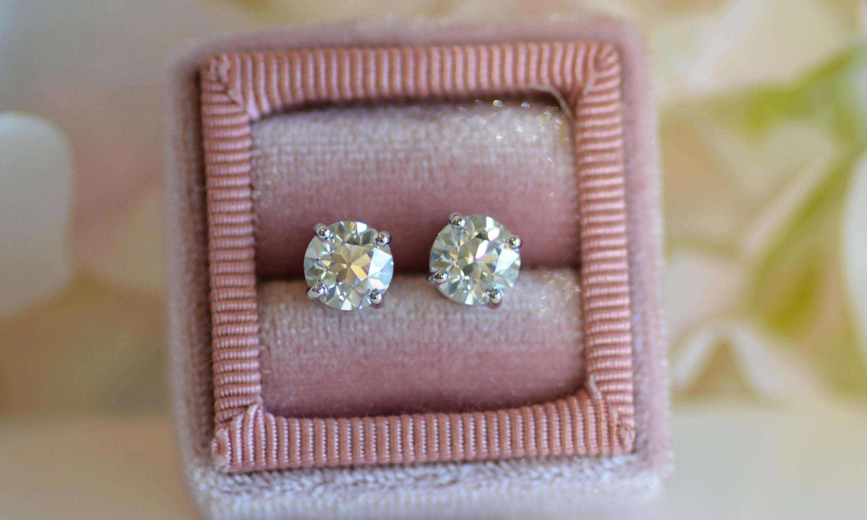 moissanite gold diamond fire white three on lyst stud prong view jewelry fullscreen earrings hearts