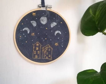 Fasi lunari a telaio con stampa/ printed embroidery moon phasis/ zodiaco ricamato con timbro/ zodiac embroidery and print hoop