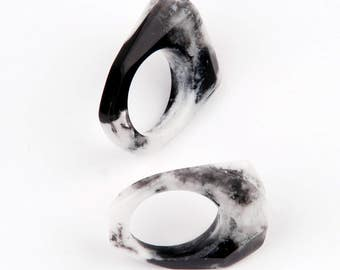 Set of two facetted resin rings, marbled in black and white