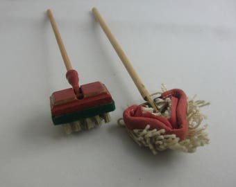 Cleaning day at the dolls: mop and scrubber / scrubbing brush. Probably from the 1960s / 70s from Germany. VINTAGE toys