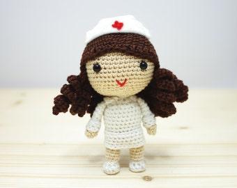 Amigurumi Crochet la bambola infermiera a mano - su ordinazione-