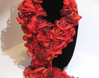 Curly scarf in red