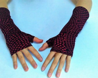 Mitten spotted red and black.