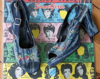 vintage 1970s shoes <> 1970s platform shoes <> 70s denim platform shoes with rainbow stitching and rhinestones