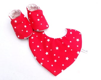 Set with booties and baby bib in red cotton with white stars - baby with non-slip slippers set and cotton bib