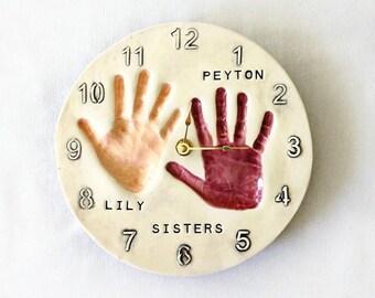 Impression d'horloge - main Estampe Art - frères et soeurs à la main imprime - main imprimé souvenir - décor imprimé à la main - souvenir de frères et soeurs - empreintes de mains en céramique
