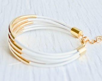 Weißes Leder Manschette Armband mit Gold Rohr Perlen - minimalistischer Design Multi-Strang Armreif Frauen... von B eine L-O-O-S