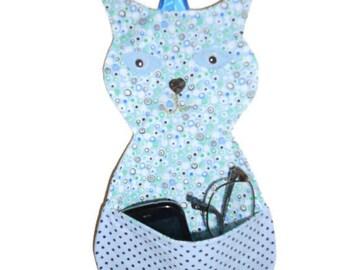 Empty pockets wall cat with blue polka dots