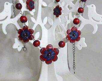 Set red and blue Fimo flowers.