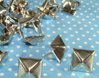 """Des clous pyramidaux 45 3/8""""(46810) en laiton en métal argenté USA en pointes volets Biker Style bijoux et vêtements bricolage décoration fournitures en vrac"""