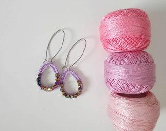 Boucles d'oreilles longues forme goutte au crochet et perles facettées violet, idée cadeau fête des mères ou cadeau anniversaire femme