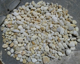 420gr/0.9 pounds of beach pebble sand . Shades of white(?) small sea stones. Natural pebble sand for various crafts and decoration.