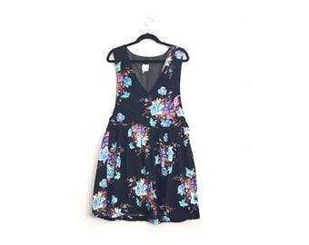 Size L // FLORAL CORDUROY PINAFORE // Black - Blue Roses - Sleeveless Jumper - V-Neck - Cord Dress - Vintage '90s.