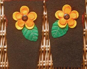 Brun recyclé feutrée issus de femmes dames adolescentes mitaines gants avec fleur en feutrine orange / jaune OOAK