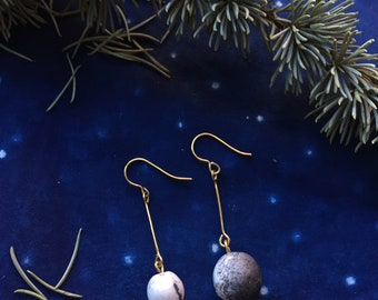 THE MOON | The asymmetrical white and grey ceramics balls drop earrings