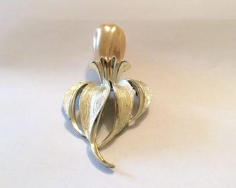 Large Sarah Coventry Brooch, Large Faux Pearl set in Goldtone, Flower Brooch , 1970s