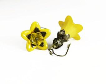Jaune à la main teint Lucite boucles d'oreilles fleur, Vintage style, laiton vieilli, fleurs en verre tchèque