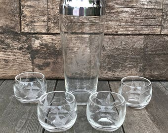 Mid Century Etched Flying Geese Glass Cocktail Shaker Mixer Roly Poly Glassware Set