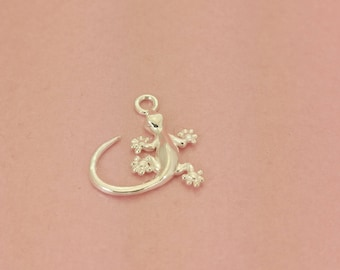 Tiny 925 Sterling Silver Gecko Charm. Perfect for a necklace or bracelet.