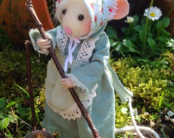 Needle Felted Mouse: Margarita and the cleaning
