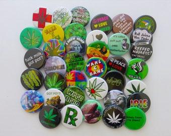 """24 broches assorties de Pot - Pack de (24) de 1,25"""" de MARIJUANA sur le thème épingle Weed amant boutons ou Badges"""