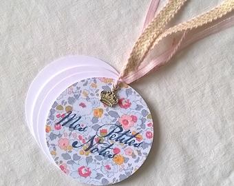 Carnet de poche rond liberty gris et rose + breloque + sac cadeau