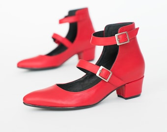 Red pumps // Mary Jane pumps // Womens shoes // Pointy shoes // Low heels // Leather pumps // Red heels // Narroe fit shoes // Red shoes